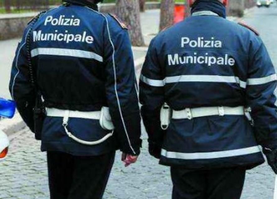 Photo of Gira con due coltelli in via Turati: inseguito e denunciato dalla polizia locale