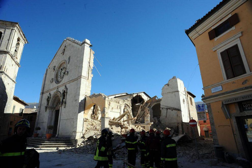 Photo of Ad Assisi il presepe con le pietre della basilica di Norcia e l'albero dalla Valnerina