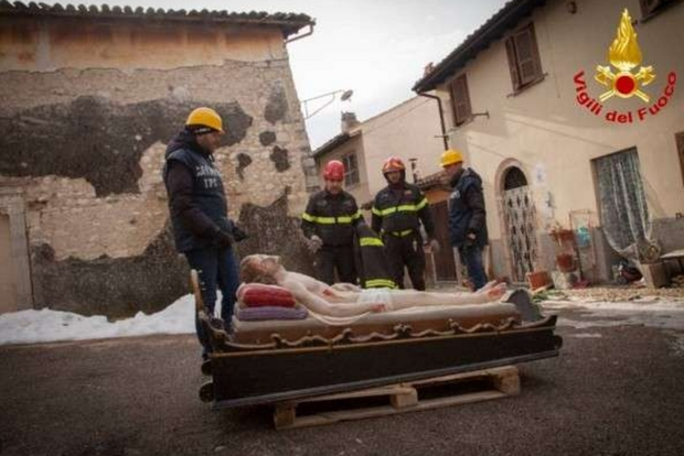 Photo of Terremoto, a Norcia è stata recuperata la statua del Cristo Morto