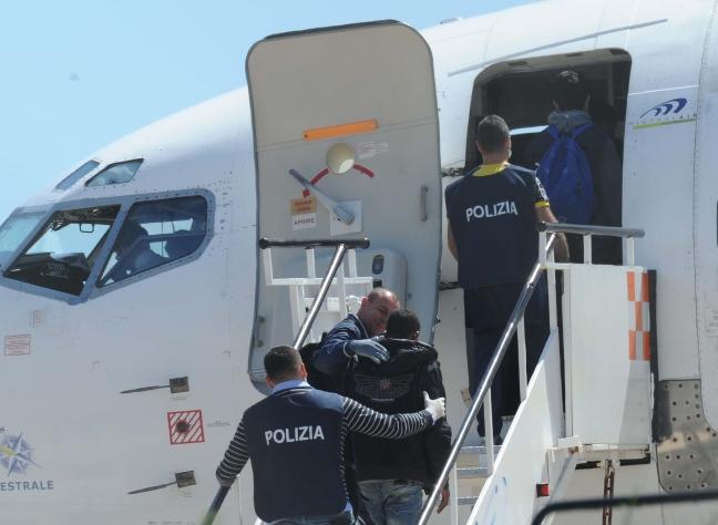 Photo of Terni, stranieri pericolosi escono dal carcere e vengono accompagnati alla frontiera