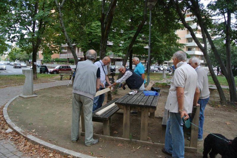 Photo of Terni, comitato di Cardeto e anziani sistemano le panchine di piazza Cuoco