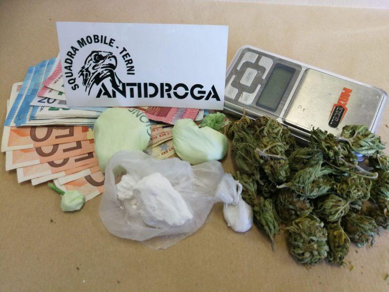 Photo of Terni, spaccia cocaina in auto: arrestato un 44enne. Il cane poliziotto fiuta marijuana