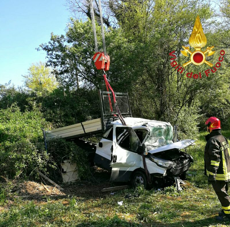 Photo of Furgone finisce fuori strada: feriti tre operai