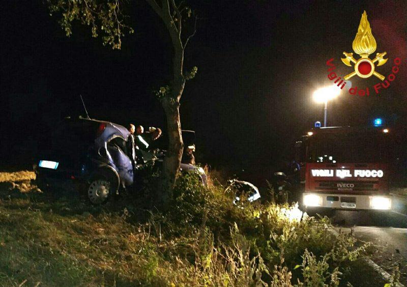 Photo of Vascigliano, auto sbanda e finisce contro un albero: grave un 18enne