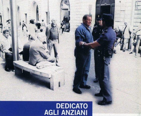 Photo of Terni, con un abbraccio sfila la catenina a un anziano: arrestata 39enne