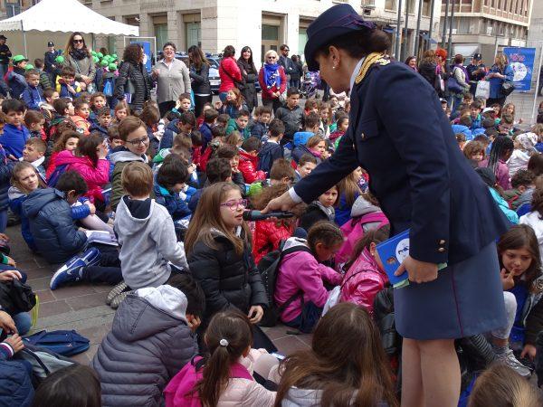 """Photo of Terni, la polizia porta in piazza 1.200 bambini con l'iniziativa """"Il mio diario"""""""