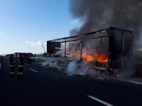 Photo of Tir in fiamme sull'A1: nessun ferito ma disagi alla circolazione stradale