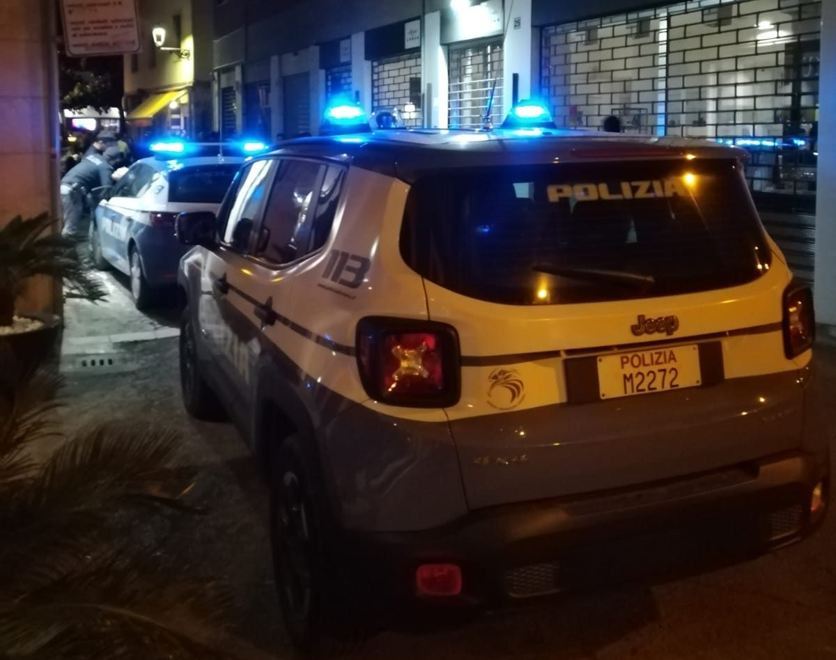 Photo of Terni, gettano 5 involucri di cocaina dal finestrino dell'auto: denunciati in due