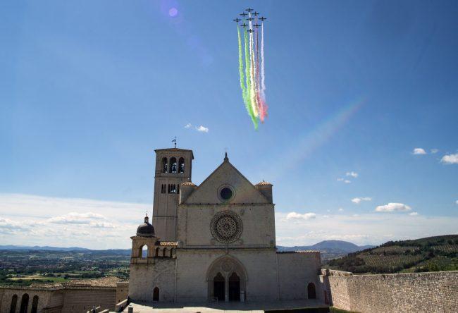 Photo of Tutti con il naso all'insù per il volo delle frecce tricolori sui cieli Perugia e Assisi