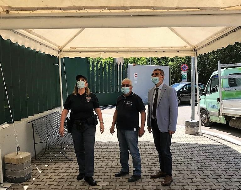 Photo of Due gazebo davanti alla Questura di Terni per riparare gli utenti in coda